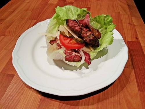 LCHF-hamburgare, dvs utan bröd, med grillad bacon, parmesanost, ätticksgurka, tomat, lök och egen dressing